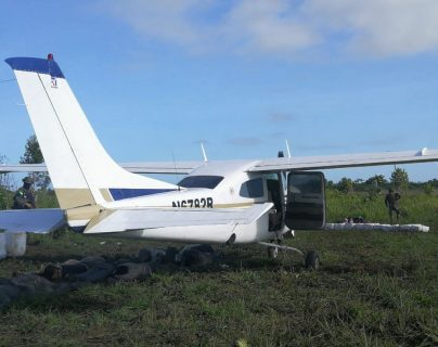 Esta es la avioneta ubicada en una pista clandestina en Estrella del Norte, en la Laguna del Tigre, Petén. (Foto Prensa Libre: (Ministerio Público)