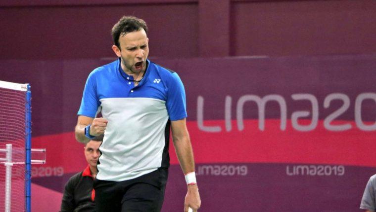 El deportista guatemalteco Kevin Cordón celebra la victoria de los sets. (Foto Prensa Libre: COG)