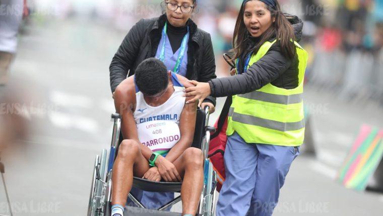 Érick Barrondo sale en silla de ruedas de la competencia de marcha de los Juegos de Lima. (Foto Prensa Libre: Carlos Vicente)
