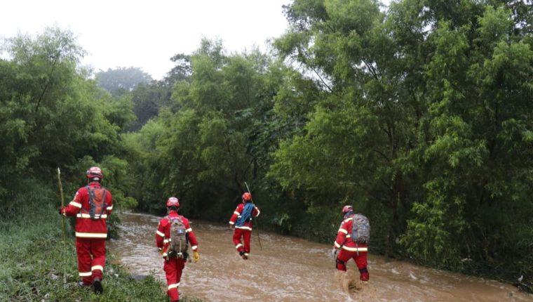 Los equipos de rescate buscan a las víctimas. (Foto Prensa Libre: Bomberos Municipales)
