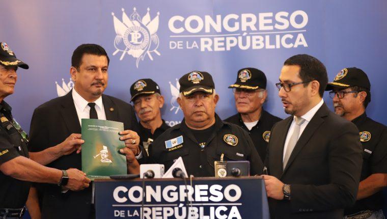Estuardo Galdámez, primer secretario de la Junta Directiva del Congreso, presenta su iniciativa de ley acompañado de veteranos militares. (Foto Prensa Libre: Congreso)