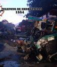 Autobús accidentado en Escuintla, donde murieron dos personas, quedó destruido. (Foto Prensa Libre: CBMD)
