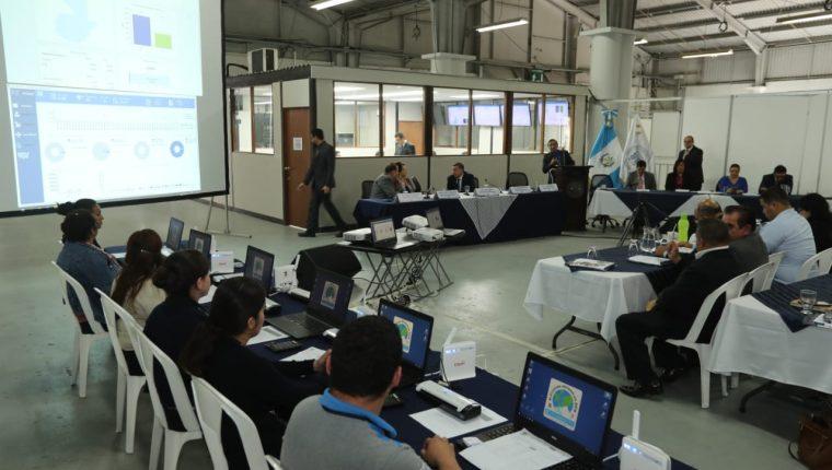 En el Parque de la Industria se realizó un simulacro al sistema de transmisión de resultados preliminares. (Foto Prensa Libre: Érick Ávila)