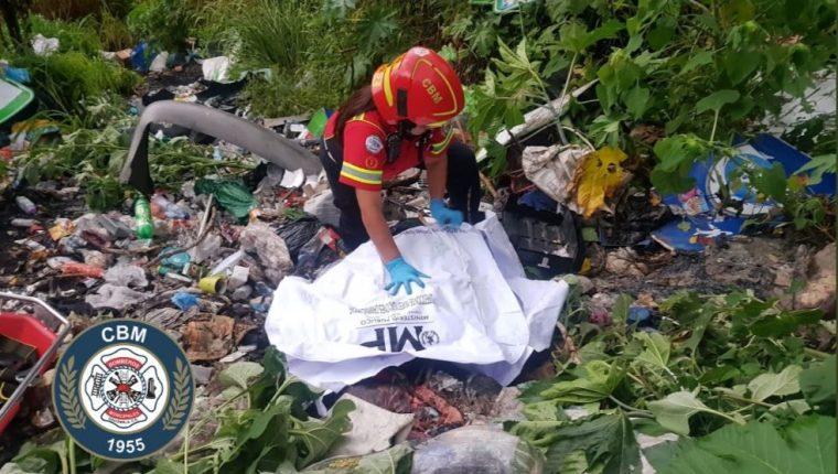 Lugar donde fueron localizados los tres cuerpos. (Foto Prensa Libre: Bomberos Municipales).