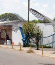 Incertidumbre se vive en Champerico por cierre de empresa camaronera, soldados custodian la puerta principal de la empresa. (Foto Prensa Libre: Rolando Miranda)