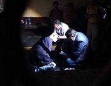 Otto Paz, relator de la Oficina Nacional de Prevención de la Tortura, conversa con un hombre en la carceleta de Tribunales. (Foto Prensa Libre: Kenneth Monzón)