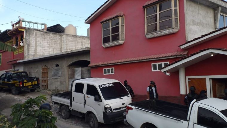 Los agentes allanaron varias viviendas en tres departamentos. (Foto Prensa Libre: PNC)