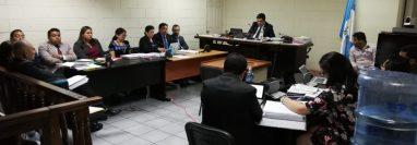 El juez suplente Mario Solórzano inició la audiencia de revisión para tres procesados en el caso Hogar Seguro. (Foto Prensa Libre: Kenneth Monzón)