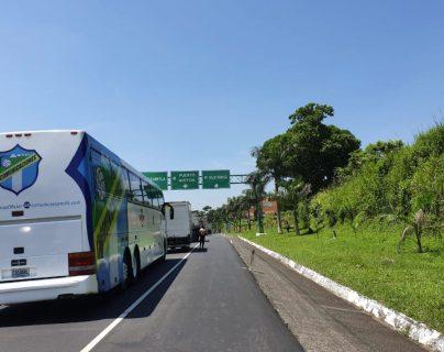 El autobús permanece detenido por los bloqueos. (Foto Prensa Libre: Cortesía)