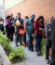Cientos de abogados hacen largas filas para presentar su expediente para Corte Suprema de Justicia y cortes de Apelaciones. (Foto Prensa Libre. Claudia Martínez)