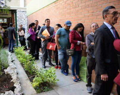 Cientos de abogados hacen largas filas para presentar su expediente para Corte Suprema de Justicia y cortes de Apelaciones, el 30 de agosto de 2019. (Foto Prensa Libre. Claudia Martínez)