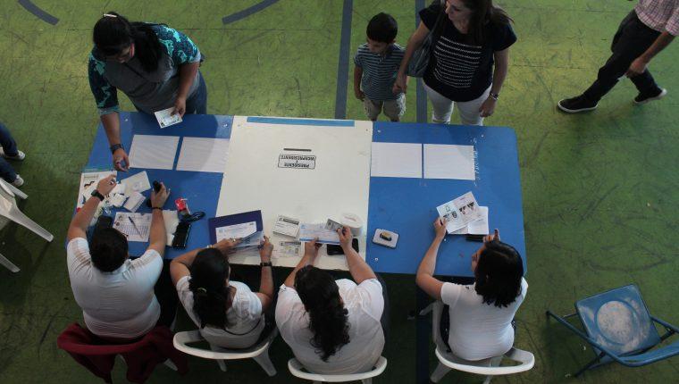 Se lleva a cabo la segunda vuelta electoral en el centro de votación del Colegio Italiano de Guatemala.Fotografía: Miriam Figueroa/Prensa Libre