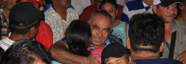 Mario Mejía, alcalde reelecto en Iztapa, Escuintla, celebra con sus simpatizantes. (Foto Prensa Libre: Carlos Paredes).