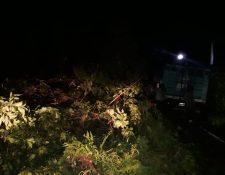 El derrumbe sobre ruta hacia San Martín Sacatepéquez, Quetzaltenango, afectó a transportistas. (Foto Prensa Libre: Conred)