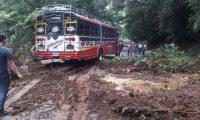 En Quetzaltenango la carretera quedó obstruída debido a un deslizamiento de tierra. (Foto Prensa Libre: Conred)