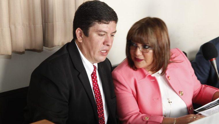 El diputado Gustavo Medrano junto con su abogada Alma Beltetón. (Foto Prensa Libre: Noé Medina)