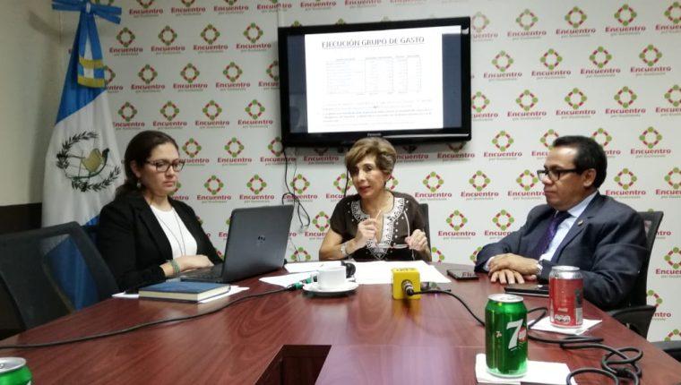 Diputados de la bancada Encuentro por Guatemala hacen la presentación del análisis del presupuesto. (Foto Prensa Libre: Carlos Álvarez)