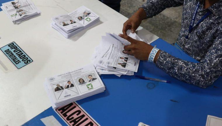 Conteo de votos en una del Instituto Belén. (Foto Prensa Libre: Carlos Hernández)