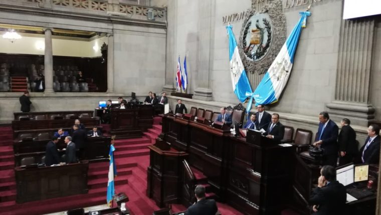 Varios diputados votaron por una moción para cambiar el orden del día e incluir las reformas a la Ley de Reconciliación en la agenda. (Foto Prensa Libre: Carlos Álvarez)