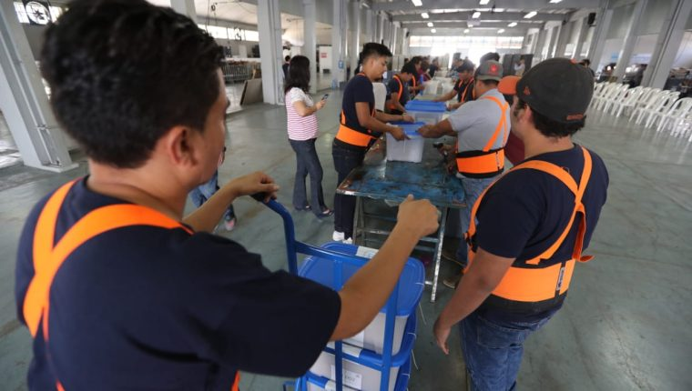 En el parque de la Industria, personal del TSE trabaja en el embalaje de las cajas electorales que serán enviadas a Estados Unidos. (Foto Prensa Libre: Érick Ávila)