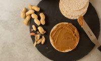 Ya sea para untar o para comer sola, la mantequilla de maní lo mantendrá saciado por mucho tiempo. (Foto Prensa Libre: Servicios)