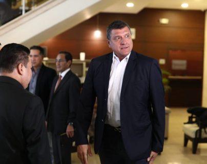 El vicepresidente electo Guillermo Castillo ingresa a la reunión. (Foto Prensa Libre: Dadiana Cabrera)