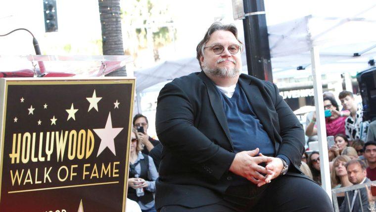 El director mexicano Guillermo del Toro develó su estrella en el Paseo de la Fama de Hollywood. (Foto Prensa Libre: EFE)
