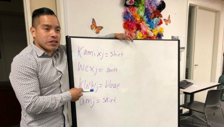 La portada de https://www.pri.org con la historia de Henry Sales quien enseña el idioma Mam en  Oakland. (Foto Prensa Libre: Public Radio International)