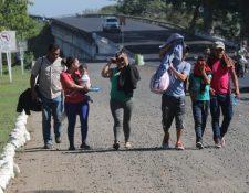 Una familia de migrantes hondureños, en enero último, llega a la ciudad de Ayutla para cruzar a México y continuar el viaje a EE.UU. (Foto Prensa Libre: Hemerotca PL)