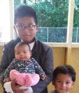 Henry, Alan y Jakeline, ciudadanos estadounidenses e  hijos de este matrimonio de migrantes indocumentados que enfrentan procesos de deportación. (Foto tomada de Univisión)