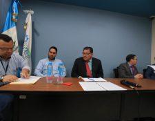 La junta recibe la documentación de los oferentes. (Foto Prensa Libre: Juan Diego González)