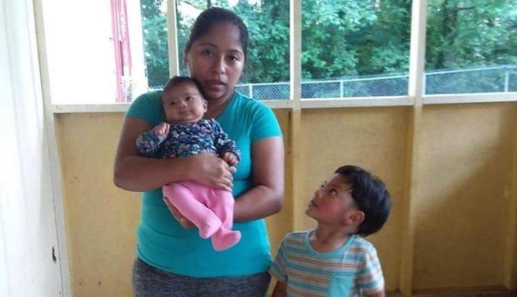 María, con dos de sus hijos. (Foto: Univisión)