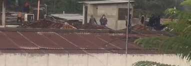 Los reos arrojan objetos desde la cárcel.