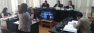 La doctora Erika Barrios declaró como testigo en el debate al supuesto pandillero José Andrés Galicia García. (Foto Prensa Libre: Kenneth Monzón)