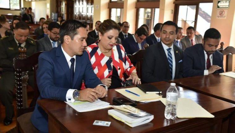 El abogado Luis Lam (izquierda) acompañó a la canciller Sandra Jovel en caso de la expulsión del embajador de Suecia. (Foto Prensa Libre: Hemeroteca PL)