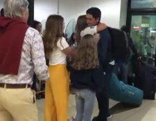 Juan Maegli, oro en Lima, es recibido por amigos y familiares en el Aeropuerto La Aurora. (Foto Redes).