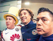 El guardameta Guillermo Ochoa fue recibido en el aeropuerto de la Ciudad de México por admiradores del club América. (Foto Prensa Libre:  twitter.com/ClubAmerica)