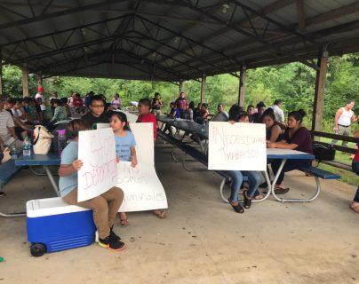 Migrantes participan en una concentración en la cual pidieron que no deporten a sus familiares que fueron detenidos durante las redadas del pasado 8 de agosto. (Foto Prensa Libre: Cortesía)