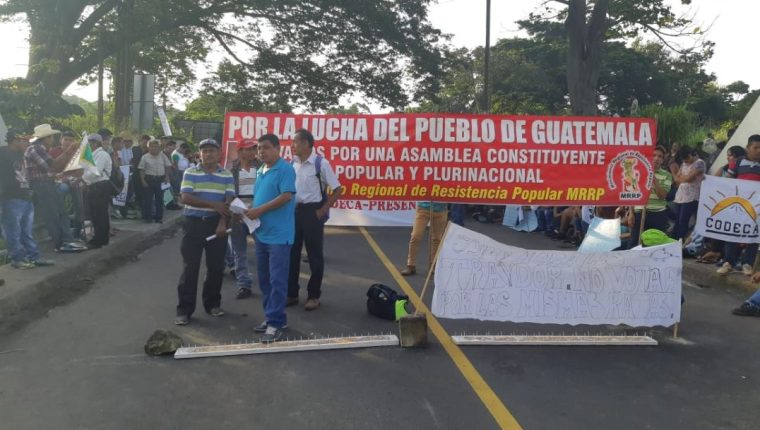 Las carreteras principales permanecen bloqueadas y los protestantes llevan palos y clavos para impedir el paso. (Foto Prensa Libre: Rolando Miranda)