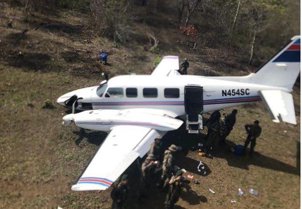 En junio pasado fue abandonada una avioneta Piper en la Laguna del Tigre, Petén.  (Foto Prensa Libre: Hemeroteca PL)