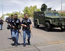 Oficiales de policía luego de un tiroteo en un supermercado en El Paso, Texas, del cual se reportan al menos 18 heridos. (Foto Prensa Libre: EFE/EPA Ivan Pierre Aguirre
