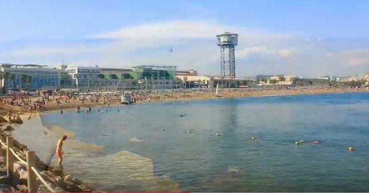 La playa barcelonesa de Sant Sebastiá fue cerrada hasta este lunes. (Foto Prensa Libre: YouTube)