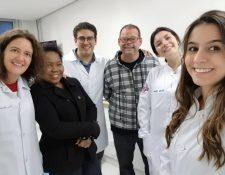 """Equipo de profesionales trabaja en la """"Más identidad"""", una herramienta con tecnología 3D para desarrollar prótesis faciales a pacientes afectados por el cáncer. (Foto Prensa Libre: facebook.com/Dr.RodrigoSalazar)"""