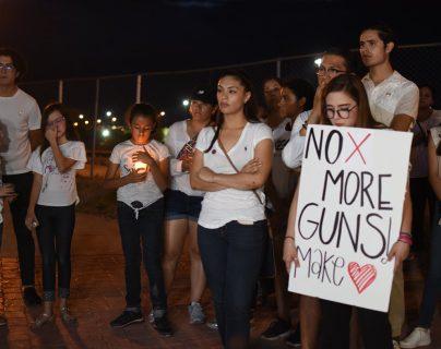Personas manifiestan este sábado en la línea fronteriza de Ciudad Juárez, México, luego del tiroteo en un centro comercial de El Paso. (Foto Prensa Libre: EFE).