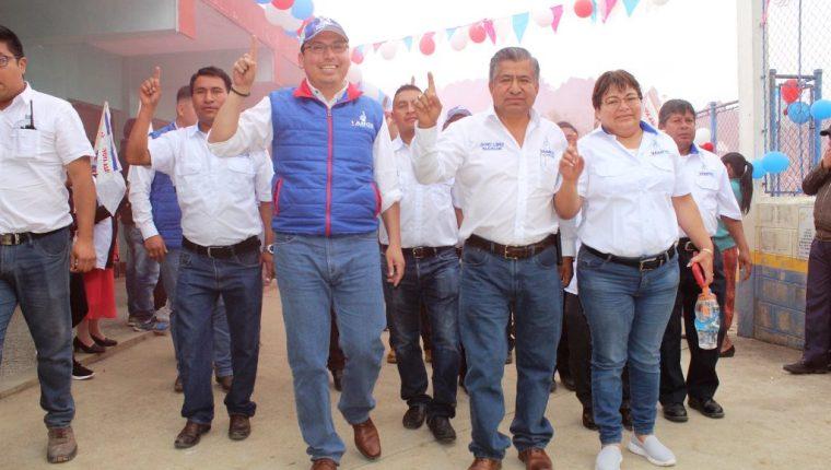 Jayro López, alcalde de Cabricán -al centro-, lo acompaña el diputado electo de Vamos, con  chaleco azul, Duay Martínez. (Foto Prensa Libre: Tomada de Facebook)