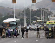 Una rehén es atendida por personal sanitario tras ser libertada por el secuestrador que la retenía en un autobús en el puente Rio-Niterói, Brasil. (Foto Prensa Libre: EFE)