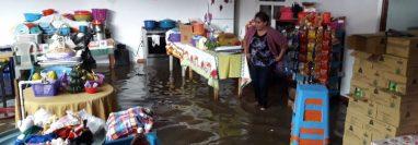 Varias viviendas y negocios se inundaron en el km 49 de la ruta Interamericana, El Tejar,  Chimaltenango.  (Foto Prensa Libre: Víctor Chamalé)