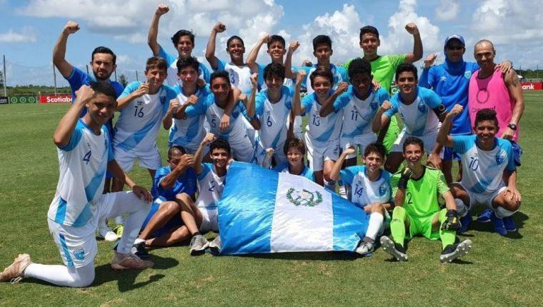 Los jugadores de la Selección Nacional Sub 15 celebraron después de su aventura en el Campeonato de Concacaf. (Foto Prensa Libre: Fedefut)