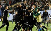 AME4482. CHICAGO (ESTADOS UNIDOS), 07/07/2019.- Jugadores de México celebran un gol ante EEUU este domingo, durante la final de la Copa Oro 2019, entre México y Estados Unidos, en el Soldier Field de Chicago (EE.UU.). EFE/ David Banks