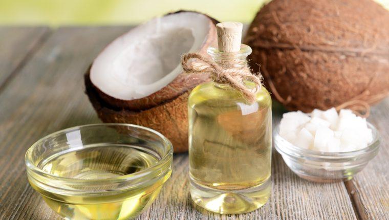 El aceite de coco es una herramienta natural que puede utilizar a su favor, para mejorar el aspecto de su piel, cabello y dientes. (Foto Prensa Libre: Servicios)